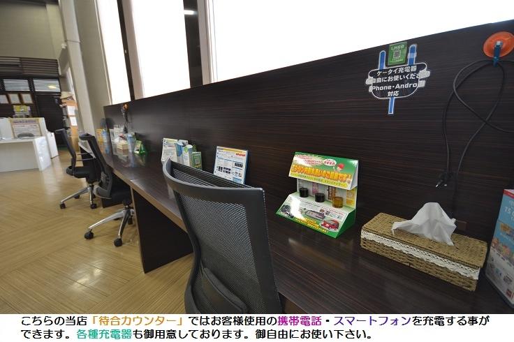 登川店待合カウンター