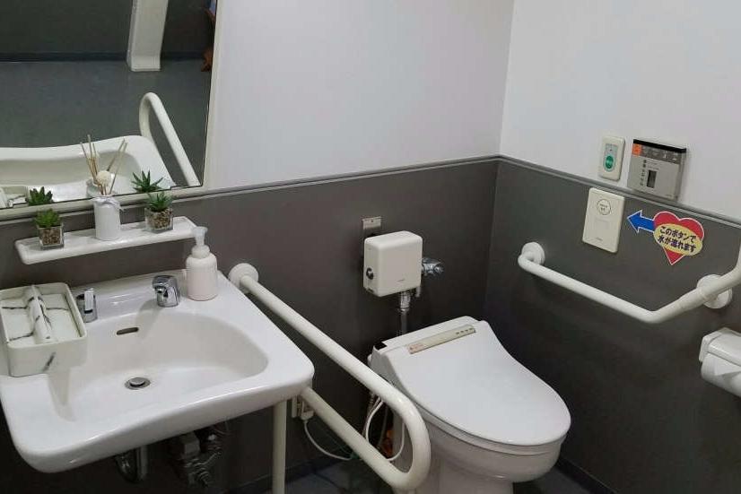 武蔵野東八店(旧:東京カローラ武蔵野東八店)多目的トイレ